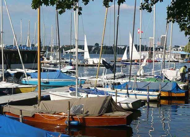 02t08t03hamburg-sightseeing-sehenswertes-aussenalster-segelboote