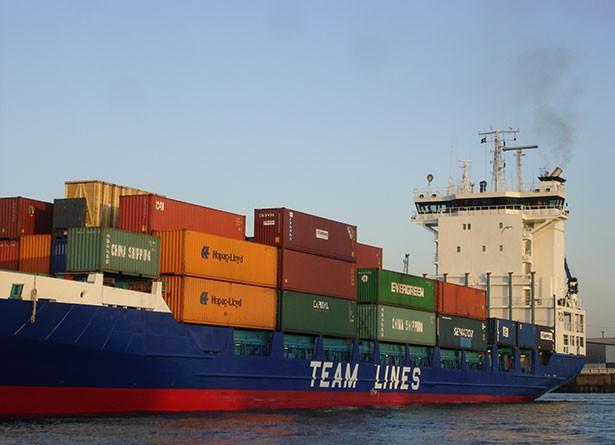 02t10t03hamburg-sightseeing-sehenswertes-hafen-containerschiff.jpg