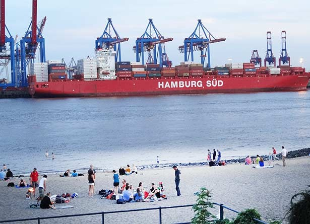 02t10t05hamburg-Containerschiff-elbstrand
